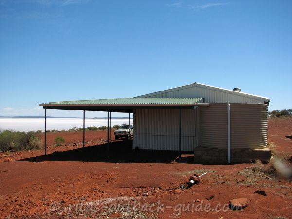 Corrugated iron hut to protect visitors from the sun at Lake Gairdner