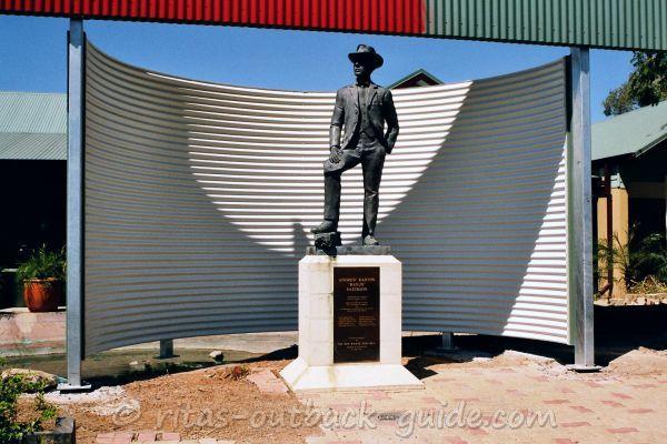 Statue of Banjo Paterson in Winton